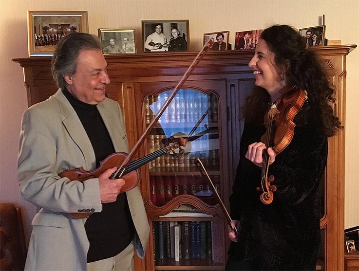 Laurence Kayaleh en conversation avec mon père, le violoniste et professeur Habib Kayaleh, à la Kayaleh Violin Academy, en Suisse